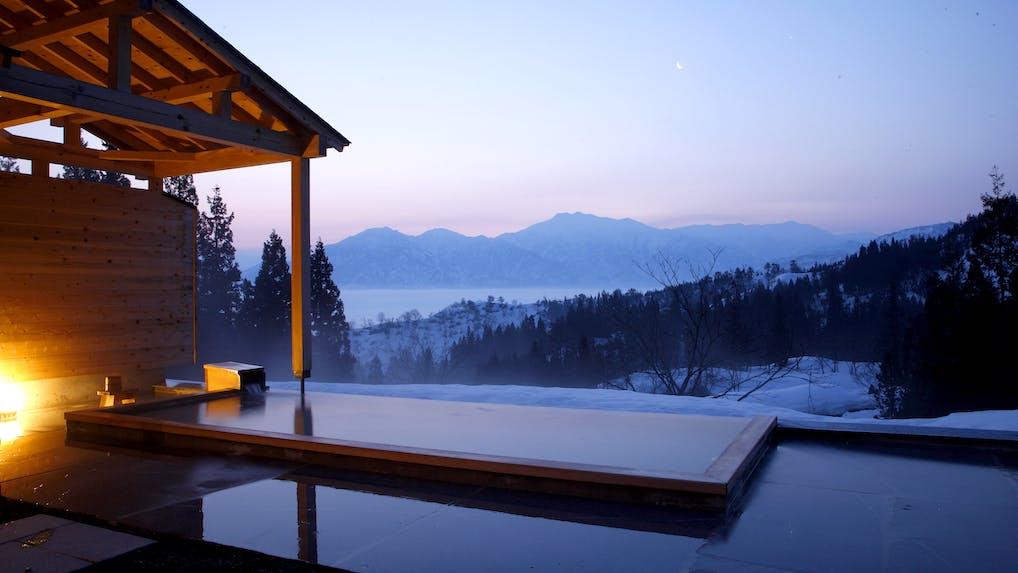 東京から1時間40分。絶景露天風呂とデザイン家具の宿