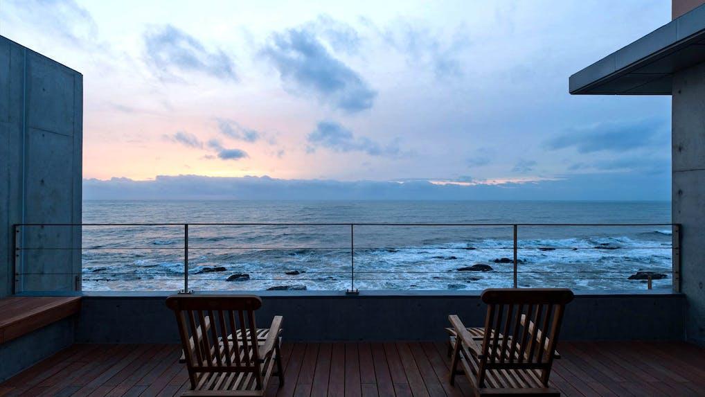 海と空の碧に包まれて、 身も心も素顔に帰れるモダン旅館