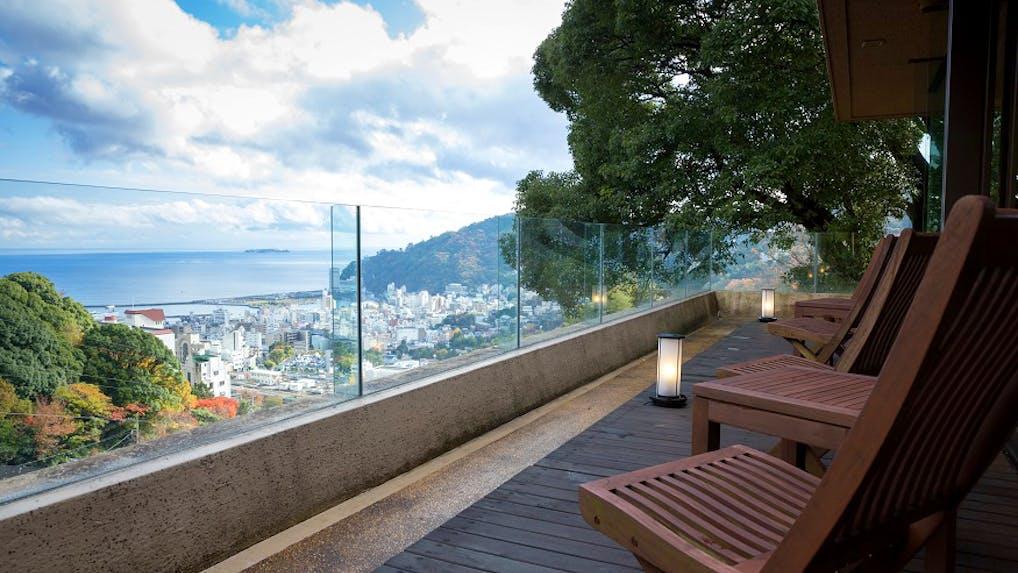 源泉掛け流しの客室露天風呂で、熱海の海も山も満喫できる宿