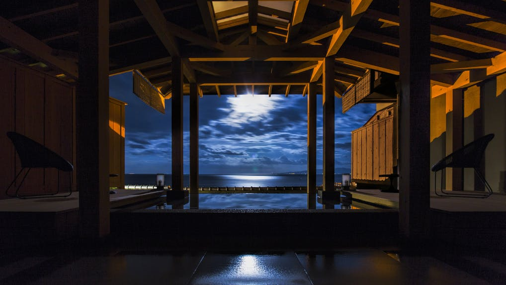月が水面に美しく輝く全室オーシャンビューの宿