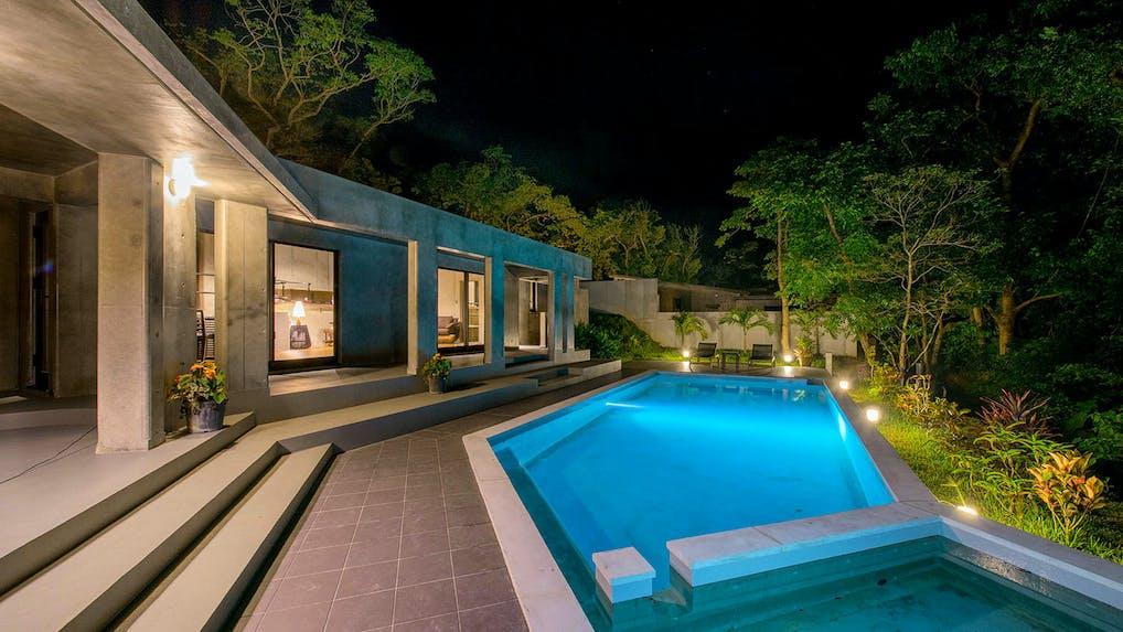 プライベートプールのある、亜熱帯の森のハイグレードリゾート