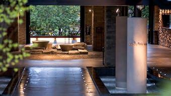 森と水の力に癒される 湖畔の温泉リゾートホテル