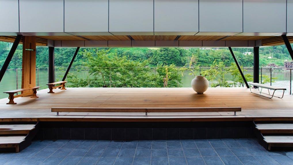 神通川のほとりに佇むアートホテル