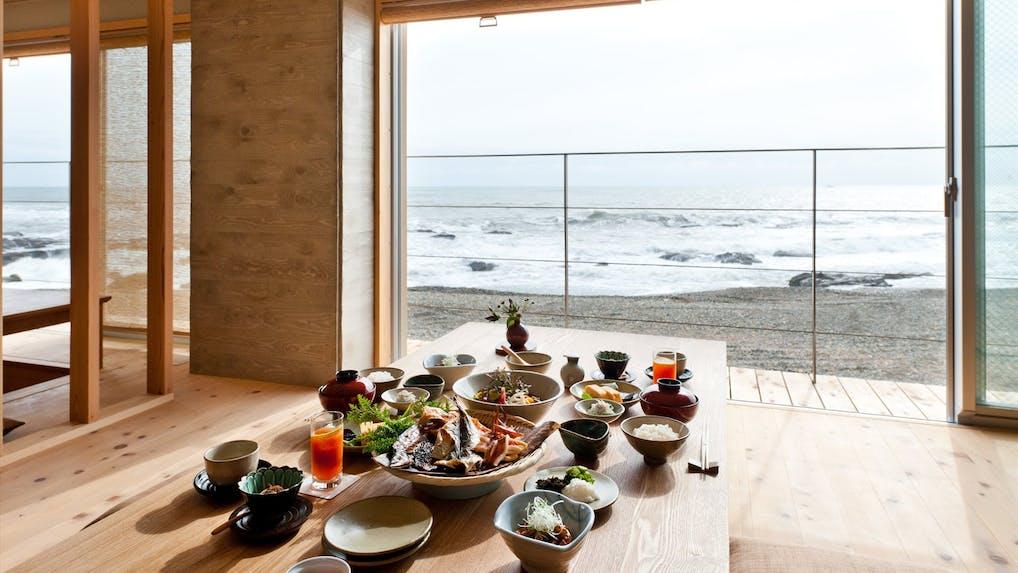 絶景を目の前に至福の朝食時間を過ごす宿 5選