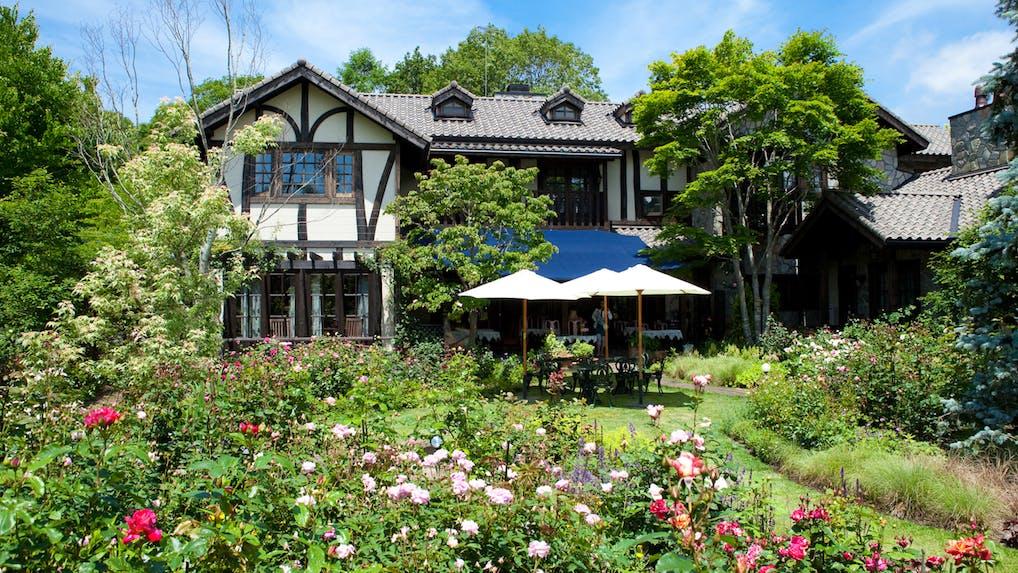 軽井沢で薔薇とアンティークに囲まれた英国的別荘体験