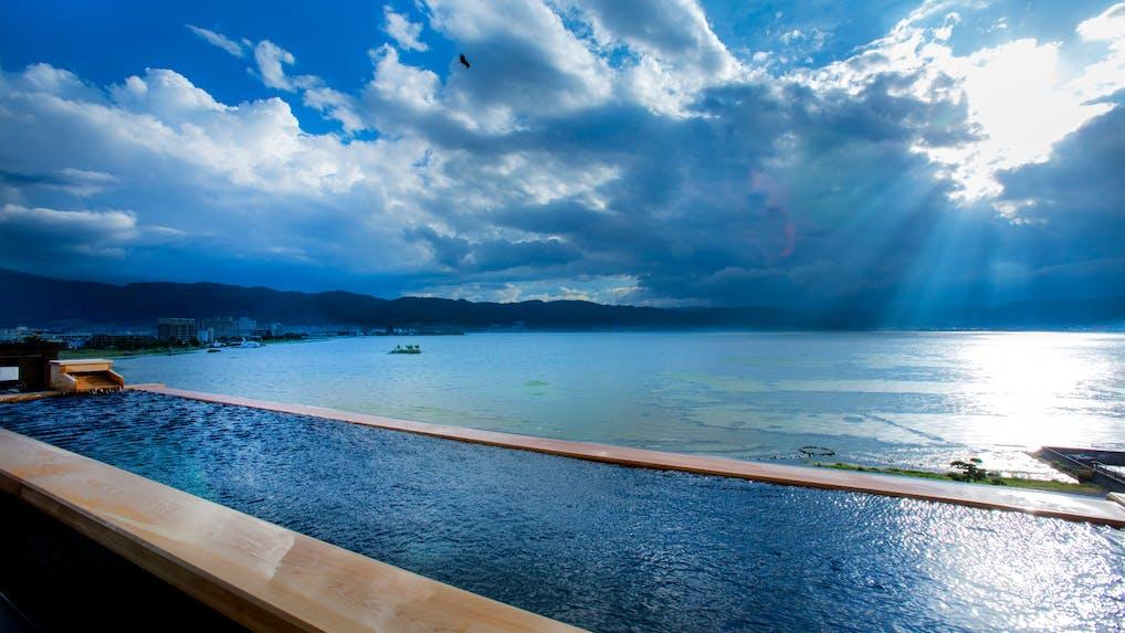神秘なる諏訪湖の畔に佇む絶景と癒しの湯宿
