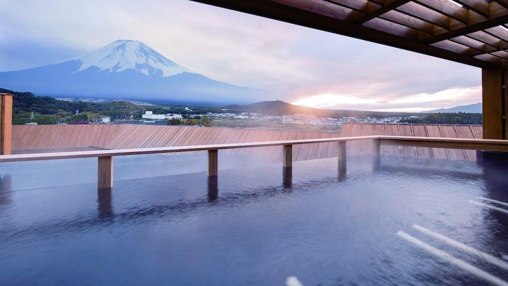 """富士山麓に立つ、四季を映す""""賑わい""""と""""静けさ""""の宿"""
