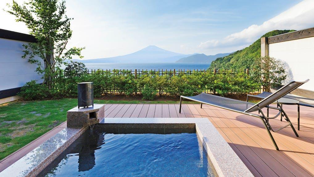 """""""おこもり""""しながら蒼い海と富士の絶景を満喫"""