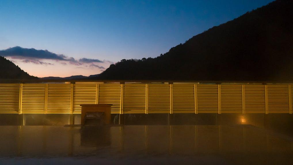 箱根の山麓と清流に抱かれ、贅沢な湯浴みに癒される