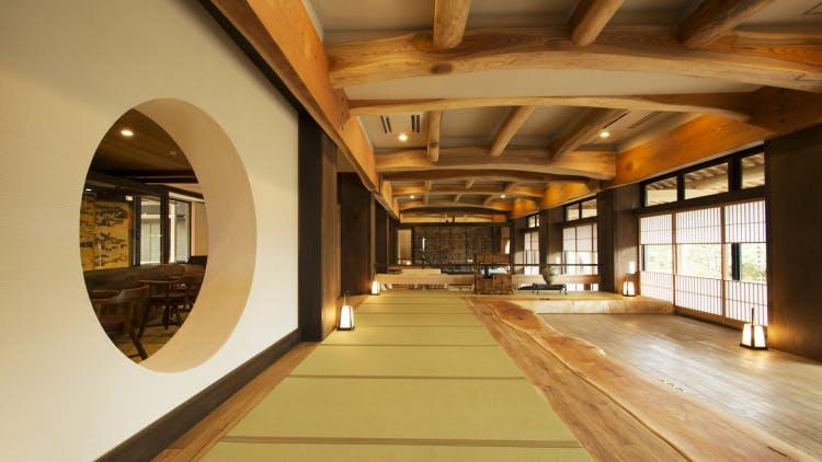 箱根で木肌の温もりに包まれる上質な滞在を