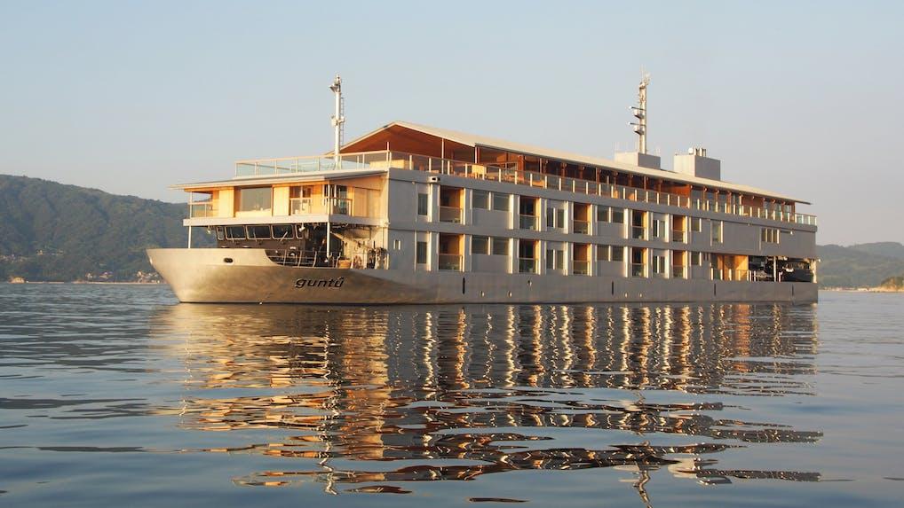 瀬戸内海の魅力に触れる、上質で穏やかな船旅