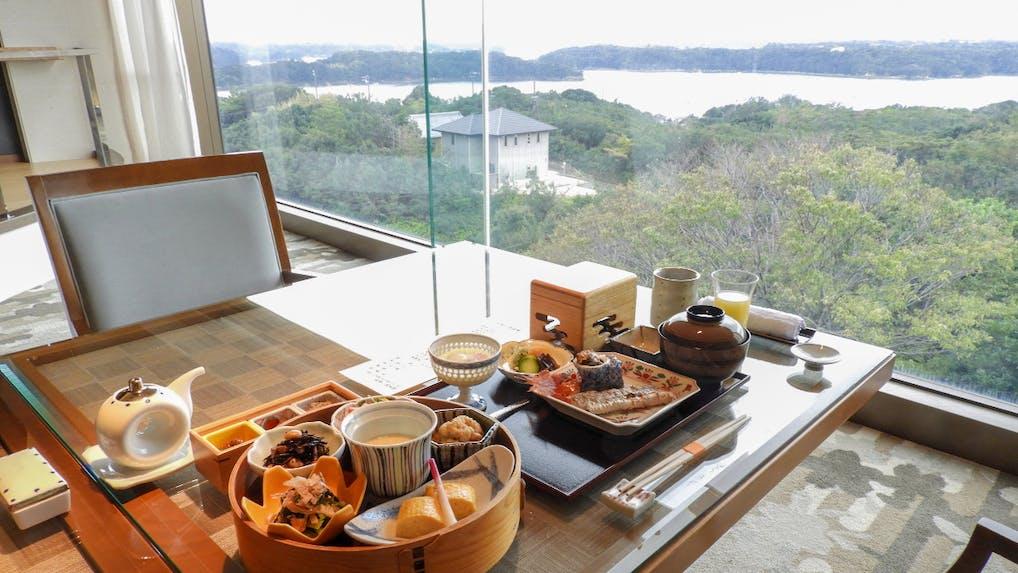英虞湾の絶景を眺めながらいただく地産の和朝食