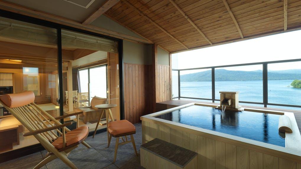 北海道の澄んだ湖を一望する露天風呂付温泉リゾート