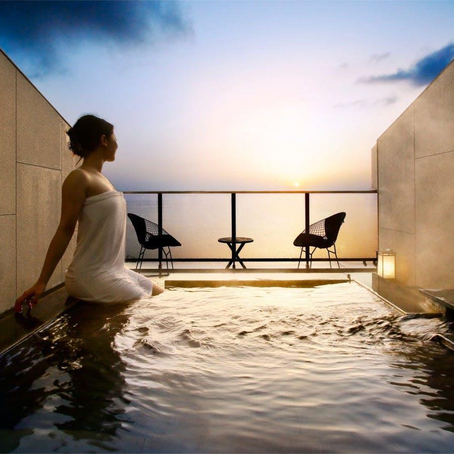 美しい朝日と共に湯浴みを愉しむ