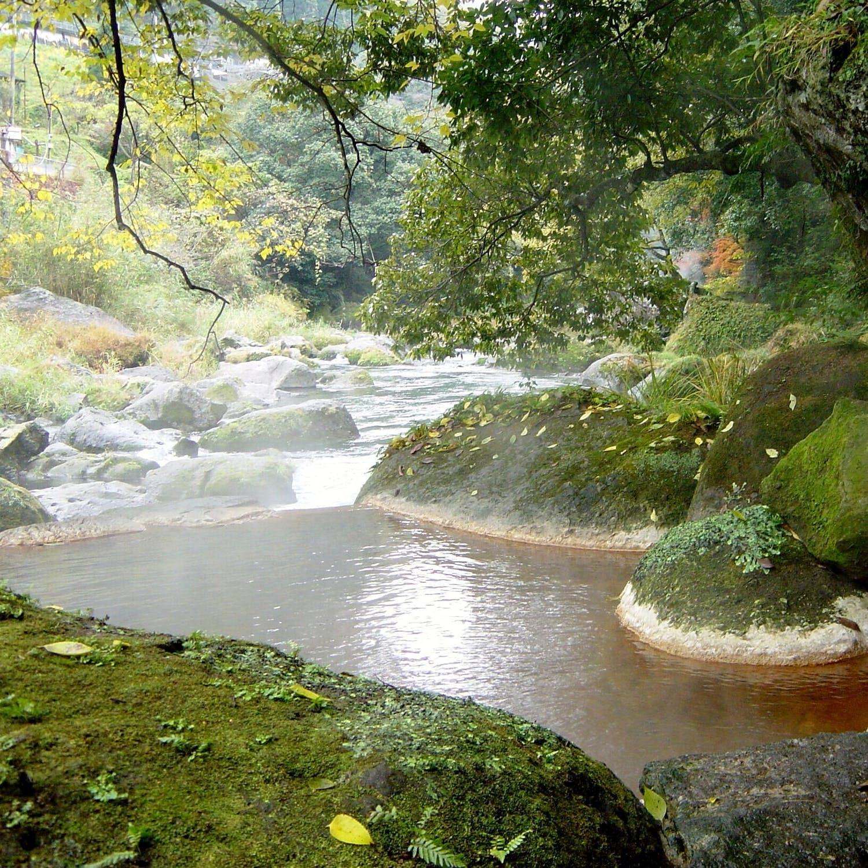 野趣溢れる露天風呂で川と一体に