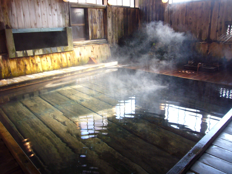 足元から湧き出る生まれたての温泉を楽しむ宿