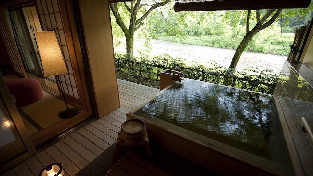 金沢の奥座敷に佇む宿で、良質な温泉と加賀料理を堪能