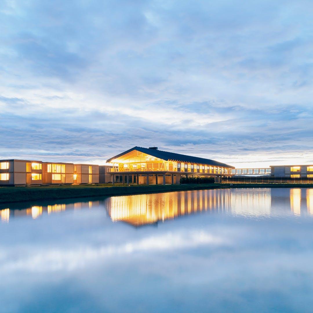 水田に浮かぶ最新デザイナーズホテル