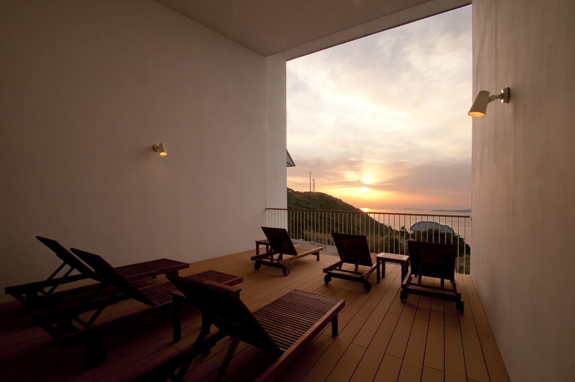 息をのむ夕景を愉しむ離島のリゾートホテル