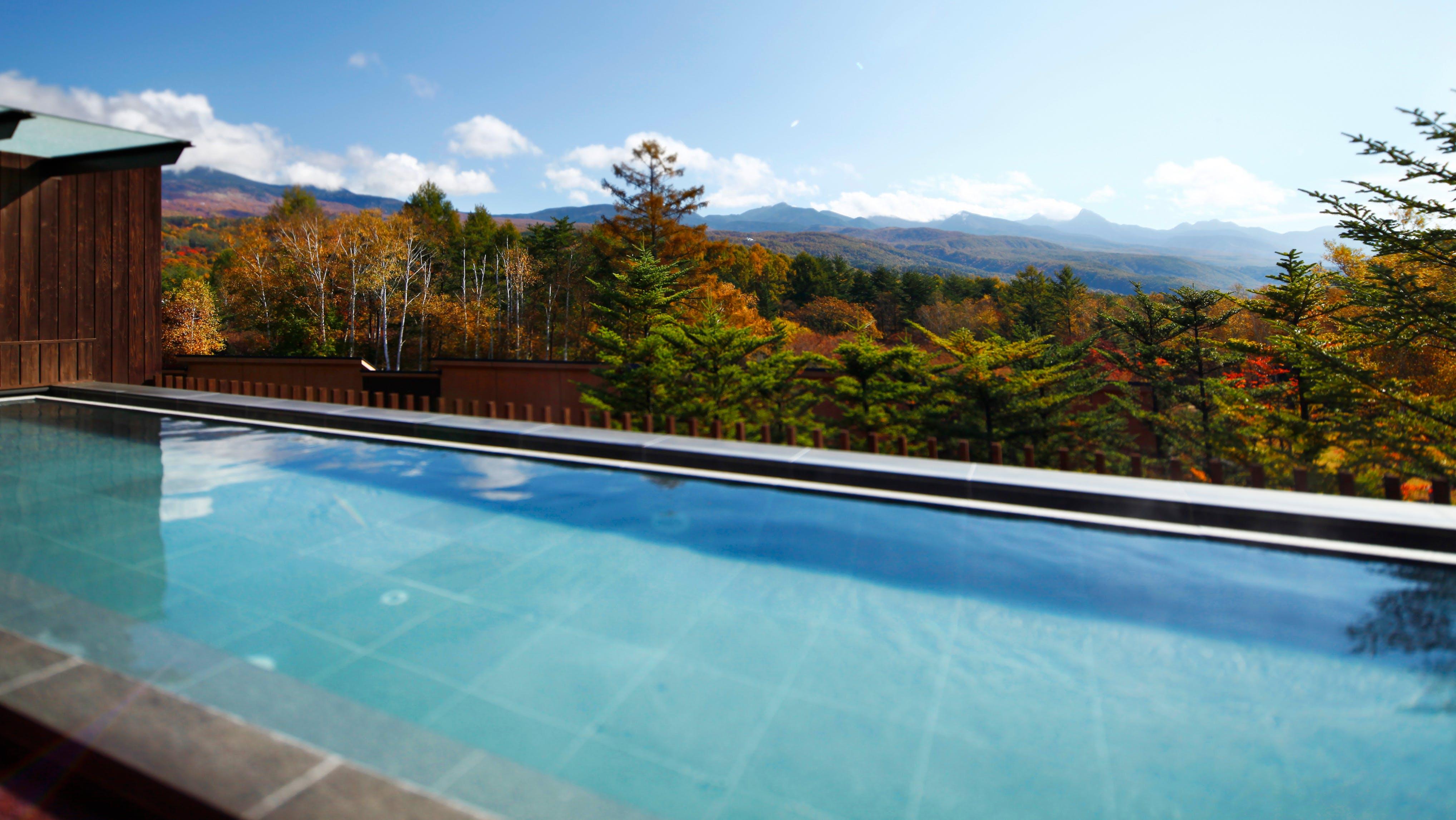 蓼科の絶景を望むパノラマ露天風呂で、紅葉と星空に抱かれる