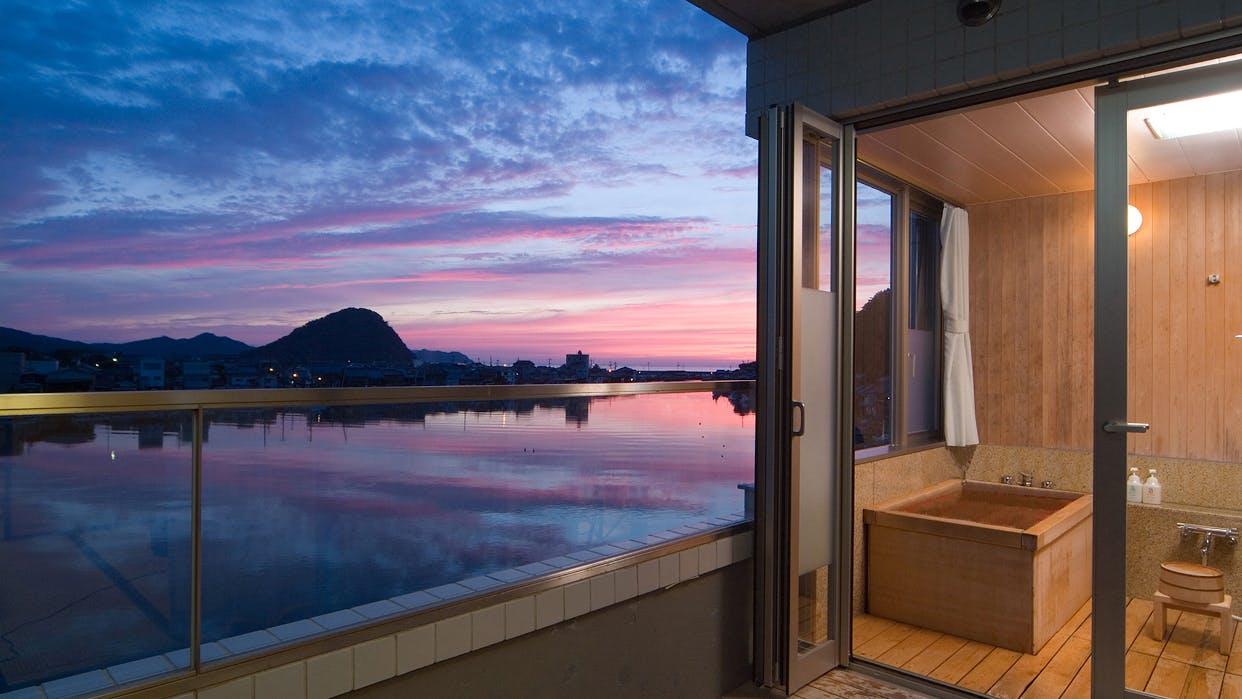 山口「はぎ温泉」の夕景スポットに建つ、水辺の別荘旅館