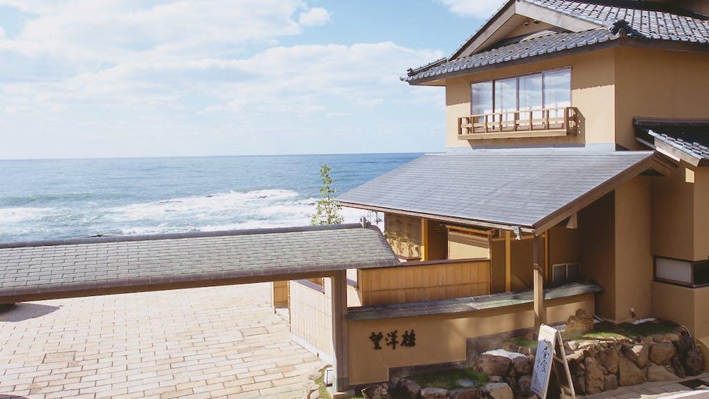 日本海ギリギリに立つ、贅沢な越前ガニ三昧の温泉宿