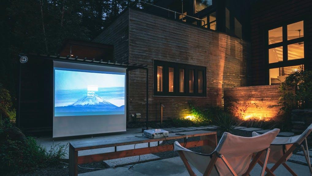 プライベート空間で映画を愉しめるプロジェクター付貸別荘5選