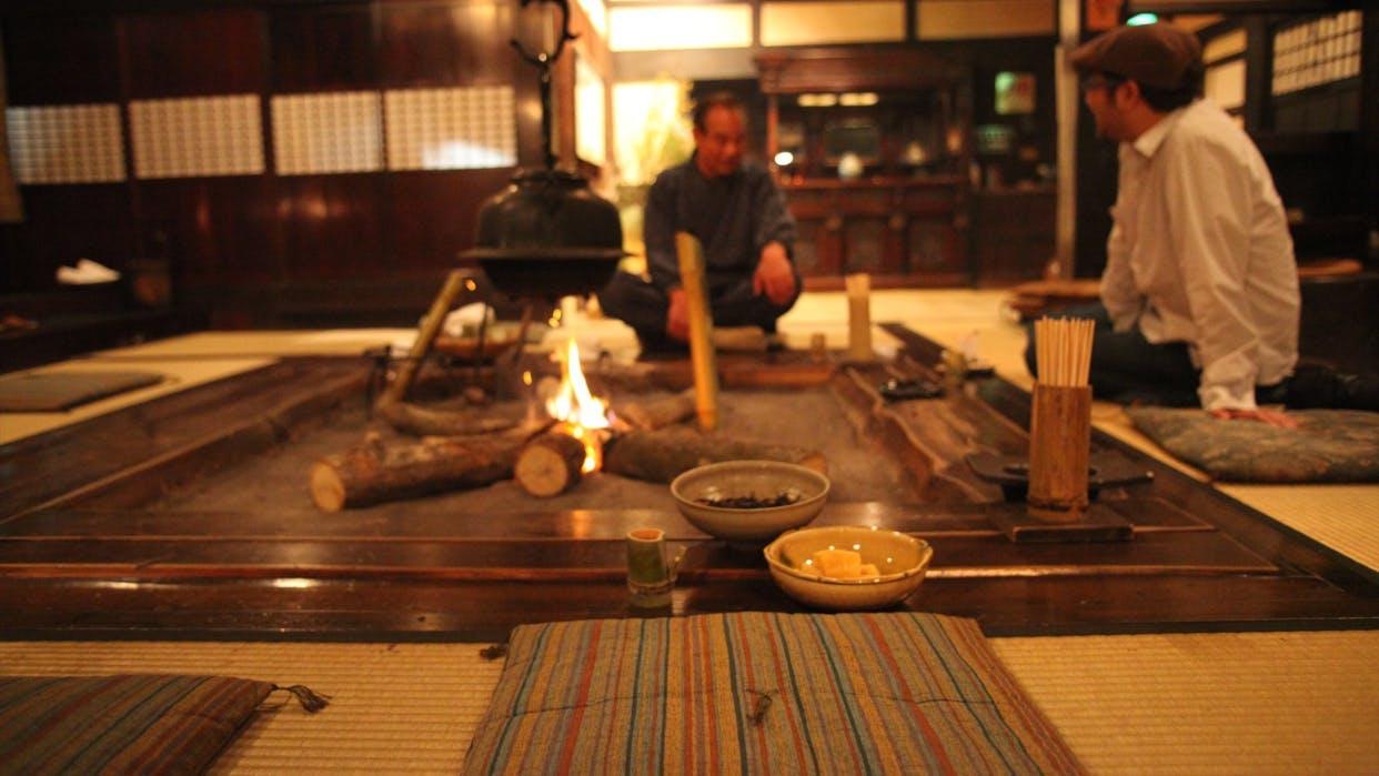 囲炉裏を囲んで古き良き和の空間が愉しめる宿5選
