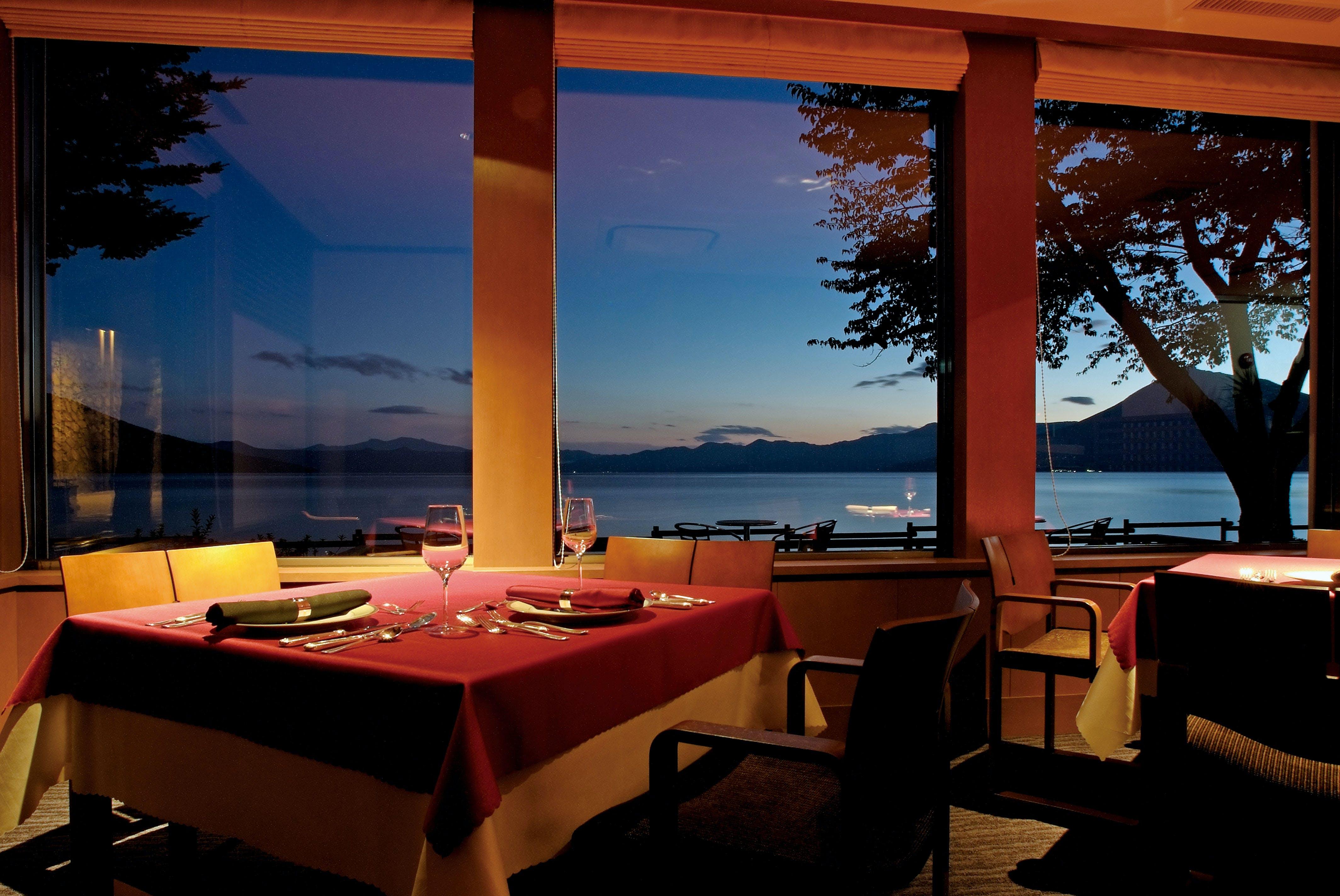 北海道・支笏湖の畔で、美食と天然温泉に癒されるラグジュアリー宿