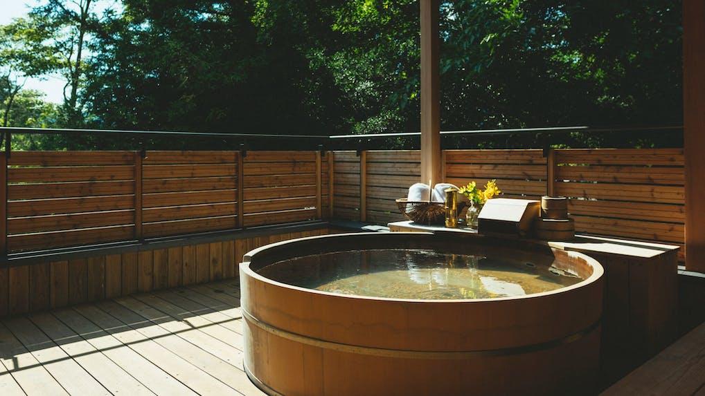 東京から2時間、露天風呂付き離れで部屋食が楽しめるおこもり宿
