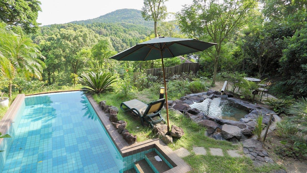 温水プライベートプールと露天風呂付きのお部屋がある温泉宿
