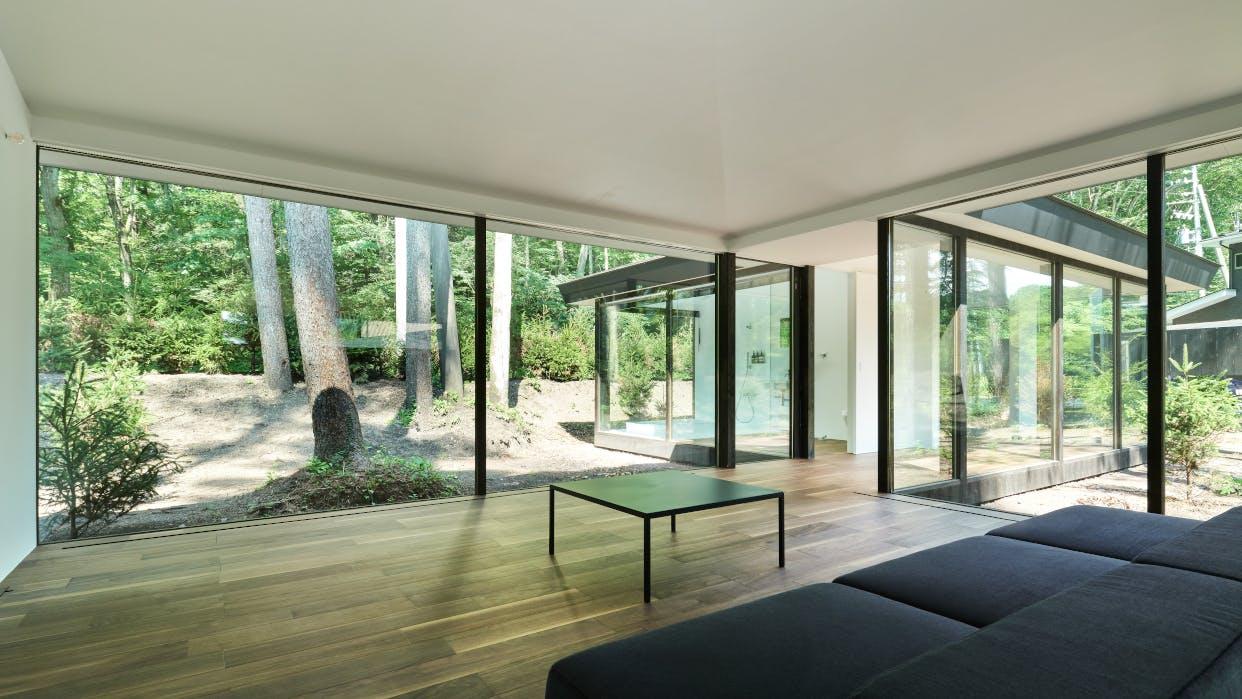 1日5組限定、軽井沢の森に囲まれた全面ガラス張りの一棟貸しヴィラ