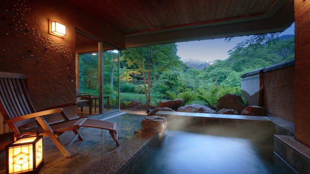 谷川温泉に佇む「ルレ・エ・シャトー」の宿で露天風呂付き客室に癒される