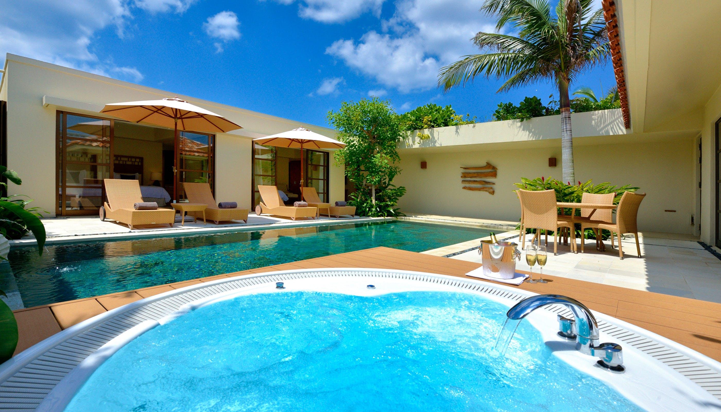 プライベートプールと露天ジャグジーがある沖縄ヴィラ5選