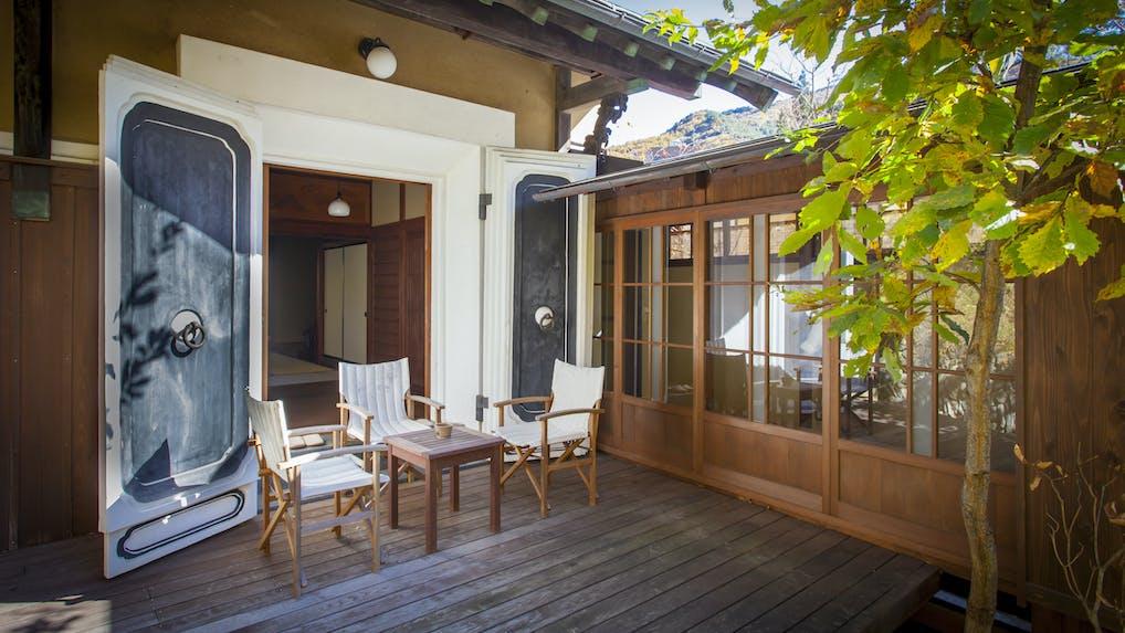 長野の秘湯に癒される1日7室のモダンな古民家宿