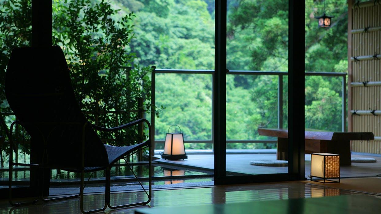 石川・山中温泉にあるカニ料理が自慢の宿で渓谷美に癒される